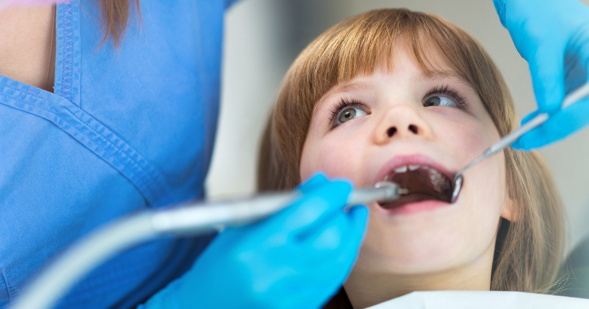 niño en revisión dental